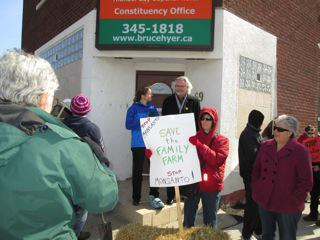 Petitions-Presented-to-MPs-Thunder-Bay-ON_large