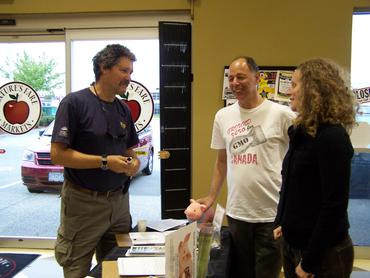 Winemaker-David-Avey-visits-the-CBAN-table-at-Langley-Nature-s-Fare_large